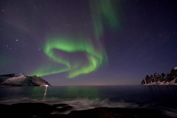Aurore boréale en pose lente au dessus du Steinfjord, Senja Norvège
