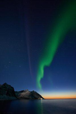 Photo verticale d'aurore boréale au dessus du Steinfjord, Senja Norvège