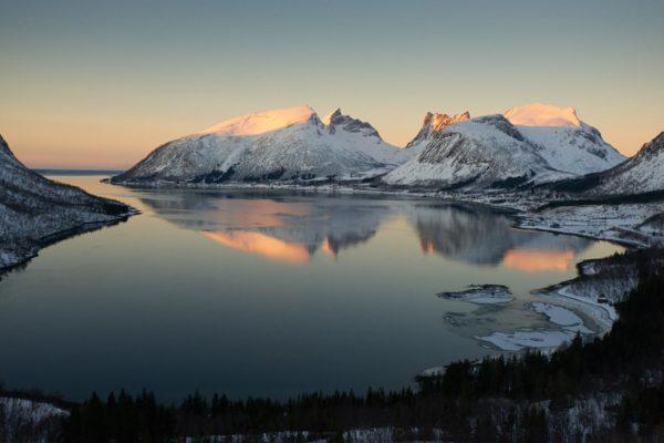 Couché de soleil sur le Bergsfjorden, île de Senja Norvège