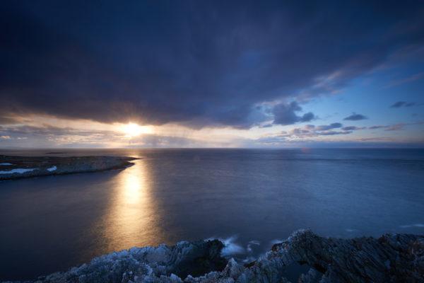 Coucher de soleil dans le ciel tempétueux de la mer de Barents, Hornøya Norvège