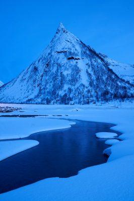 Le sommet du Hatten à l'heure bleue, la neige recouvre le paysage. Ersfjord, Senja, Norvège