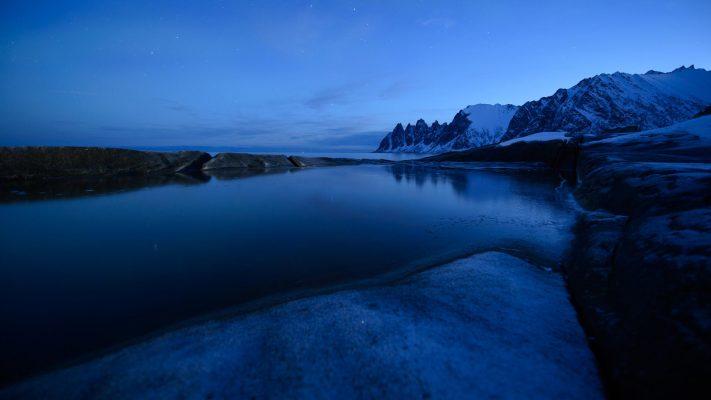 Reflet de l'heure bleue aux dents du diable à Senja, Norvège