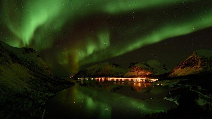 Aurore boréale se reflétant dans le Bergsfjord, Senja Norvège