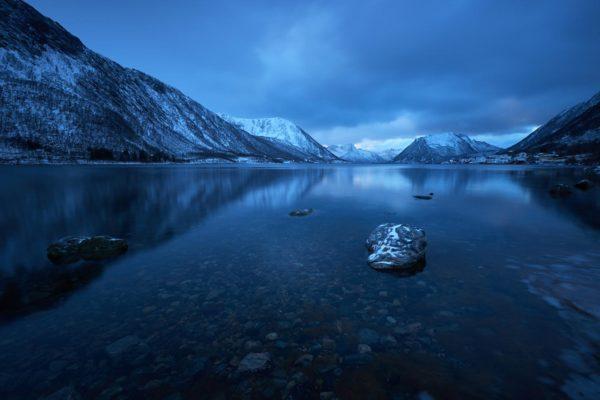 Le temps est hivernale au dessus de Sifjord, île de Senja Norvège